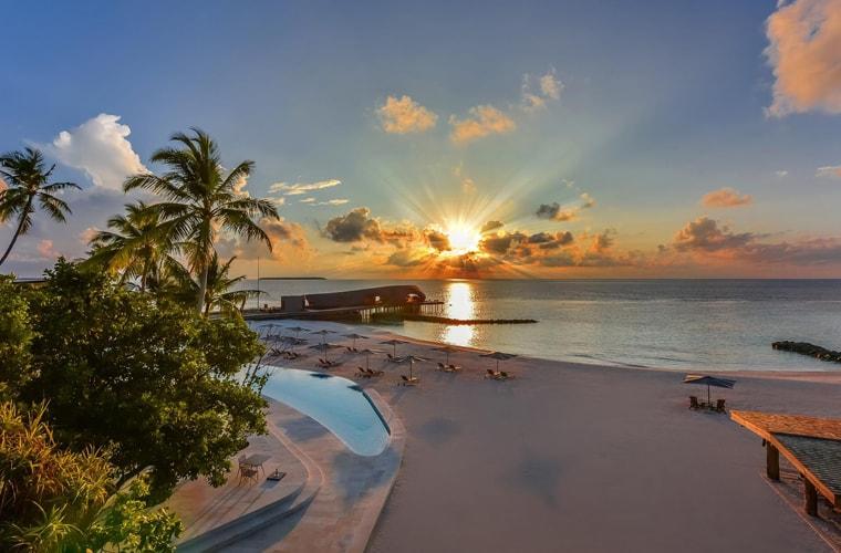 St-Regis-Vommuli_beach_760x500